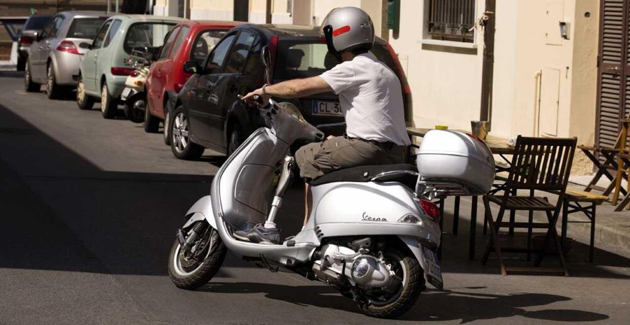 Met C-leg beenprothese op scooter